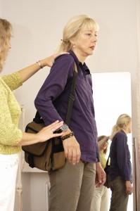 Tasche tragen mit hochgezogener Schulter
